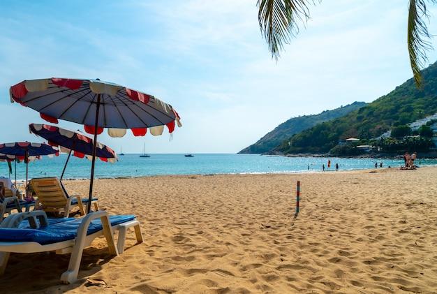 Hermosa sombrilla y silla en la playa