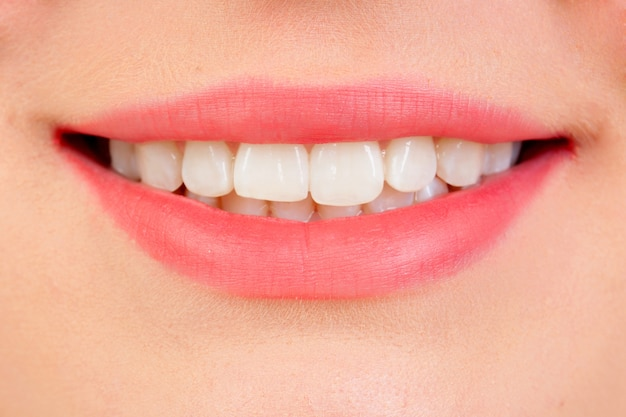 Hermosa sonrisa con dientes blancos