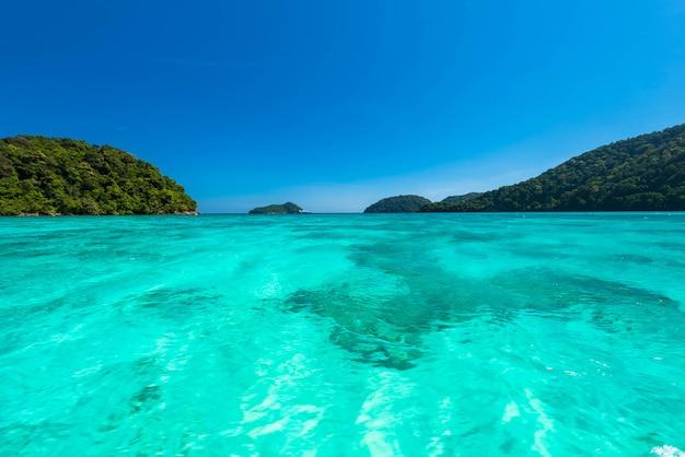 Hermosa superficie de agua de mar en la isla de surin, tailandia