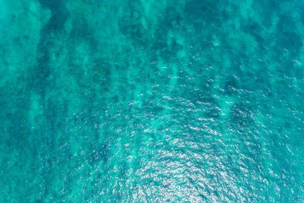 Hermosa superficie del mar del océano desde la vista aérea de drone de arriba hacia abajo