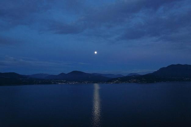 Hermosa tarde en el paisaje. camino lunar en el lago y la montaña