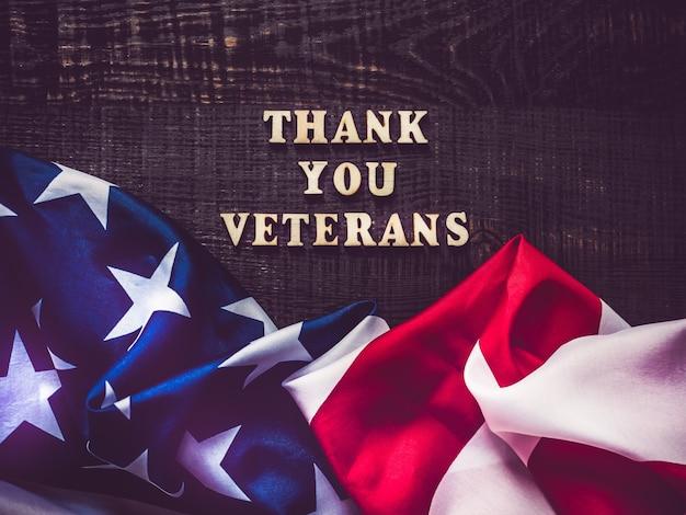 Hermosa tarjeta de felicitación en el día de los veteranos. vista superior.