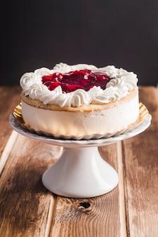 Hermosa tarta de mousse con confitura de cerezas