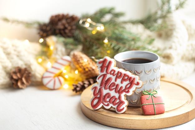 Hermosa taza con galletas de jengibre hechas a mano cubiertas con glaseado de cerca
