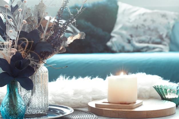 Hermosa taza de té y artículos de decoración en mesa de madera clara, vista superior.