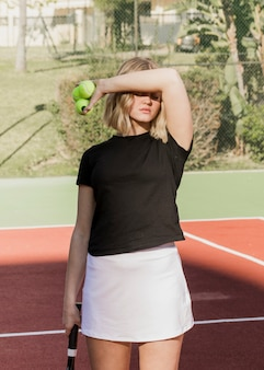 Hermosa tenista escondiéndose del sol