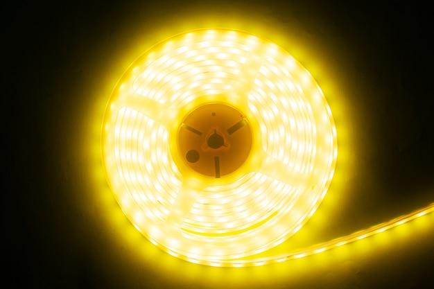 Hermosa tira led brillante de luz cálida para montar iluminación decorativa para hogares
