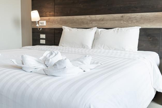 Hermosa toalla en la cama