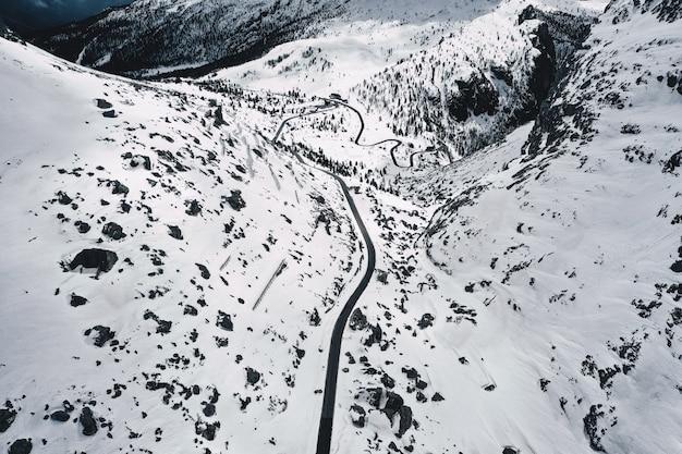 Hermosa toma aérea de un campo cubierto de nieve blanca