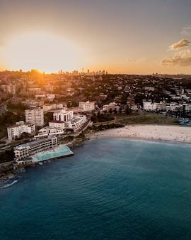 Hermosa toma aérea de una ciudad costera y el mar