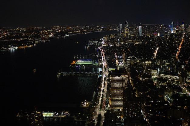 Hermosa toma aérea de una ciudad ocupada por la noche