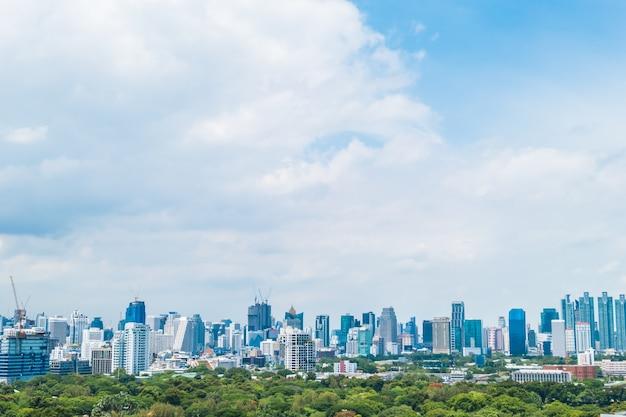 Hermosa torre de edificio de oficinas y la arquitectura en la ciudad de bangkok