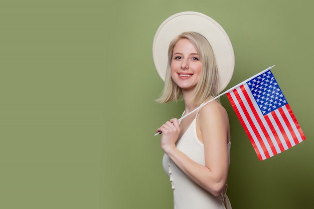 Hermosa vaquera con un sombrero con la bandera de los estados unidos de américa