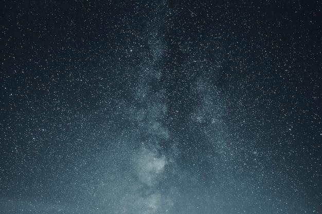 Hermosa vía láctea en el cielo nocturno