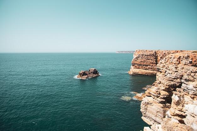 Hermosa vista de los acantilados y el mar bajo el cielo azul