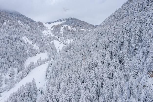 Hermosa vista aérea de una estación de esquí y un pueblo en un paisaje de montaña, en los alpes