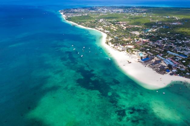 La hermosa vista aérea de la isla tropical de zanzíbar. mar en playa de zanzibar