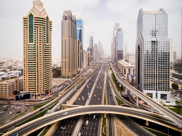 Hermosa vista aérea del paisaje futurista de la ciudad con carreteras, automóviles y rascacielos