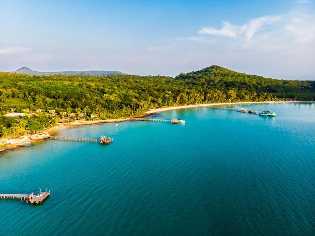 Hermosa vista aérea de playa y mar con palmera de coco