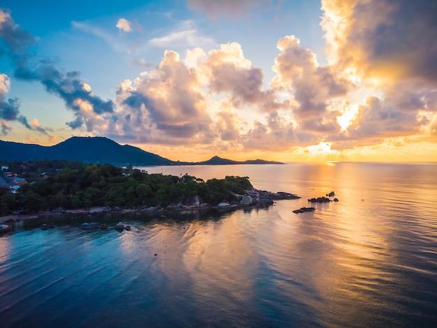 Hermosa vista aérea de playa y mar u océano.