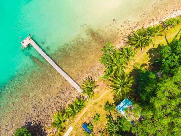 Hermosa vista aérea de playa y mar