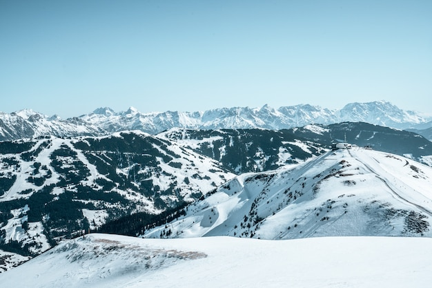 Hermosa vista aérea de los poderosos alpes