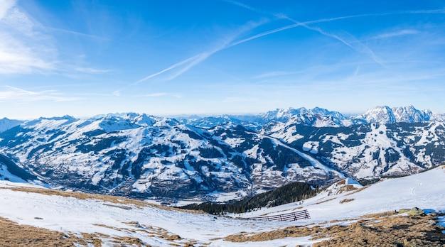 Hermosa vista aérea del pueblo de la estación de esquí y los poderosos alpes
