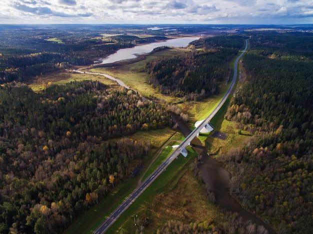 Hermosa vista aérea del puente sobre el río rodeado de bosque