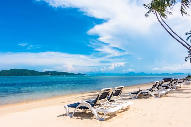 Hermosa vista al aire libre con sombrilla y silla en la playa y el mar