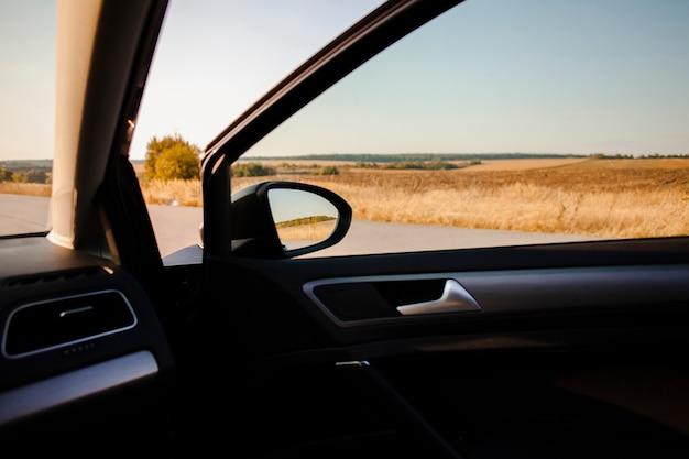 Hermosa vista al campo desde un auto elegante