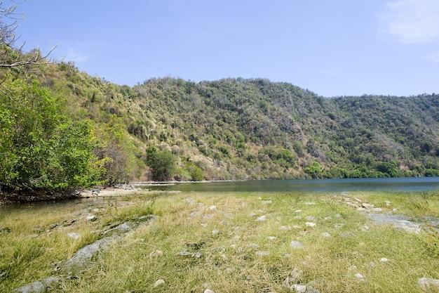 Hermosa vista al lago con montaña