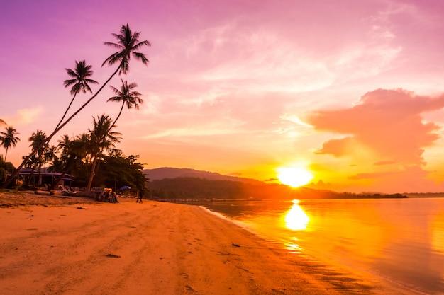 Hermosa vista al mar y playa al aire libre