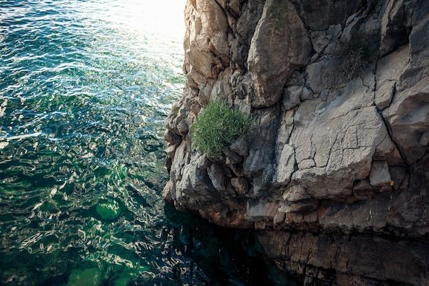 Hermosa vista del alto acantilado en el mar azul profundo