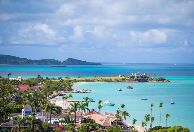 Hermosa vista de la bahía en una isla tropical en el mar caribe