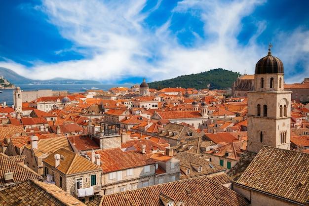 Hermosa vista del casco antiguo de dubrovnik desde las murallas de la ciudad, al sur de dalmacia, croacia