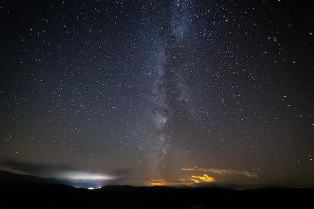 Hermosa vista de un cielo estrellado contra un cielo nocturno