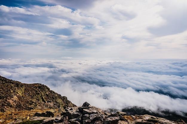 Hermosa vista desde la cima de una montaña de un mar de nubes.