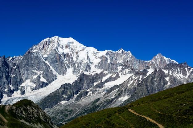 Hermosa vista de las cimas de las montañas cubiertas de nieve del mont blanc en italia