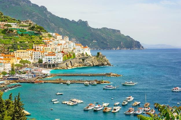 Hermosa vista de la ciudad de amalfi en la costa de amalfi, campania, italia