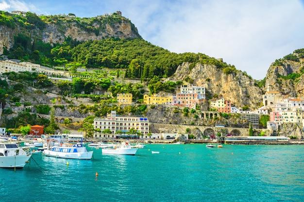 Hermosa vista de la ciudad de amalfi en la costa de amalfi desde el mar con yates y barcos