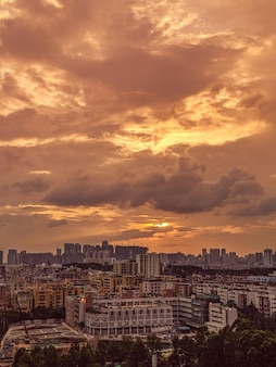 Hermosa vista de una ciudad moderna y concurrida con el cielo y las nubes durante el amanecer