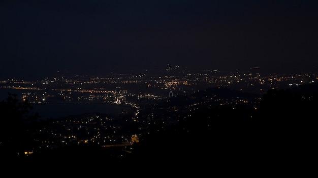 Hermosa vista de la ciudad por la noche desde una gran altura desde las montañas.