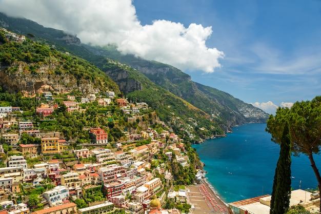 Hermosa vista de la ciudad de positano, italia