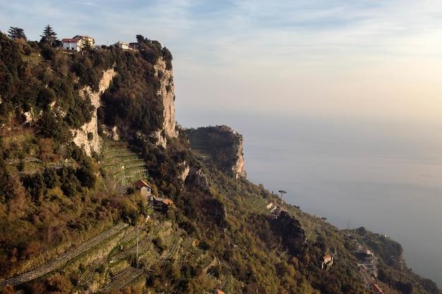 Hermosa vista del comienzo del sendero sendero de los dioses en pianillo, italia