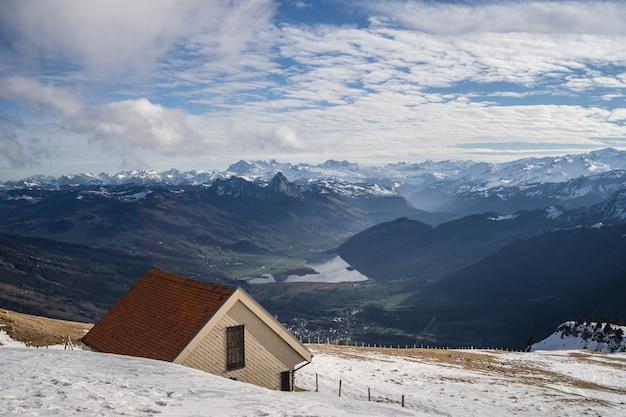 Hermosa vista de la cordillera de rigi en un soleado día de invierno con edificios de ladrillo