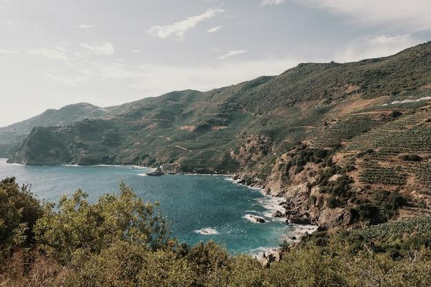 Hermosa vista de la costa rocosa y los bosques.