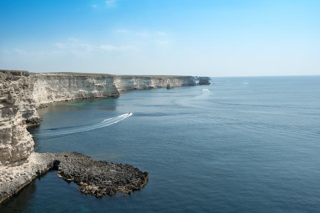 Hermosa vista de la costa rocosa del mar azul en un día soleado