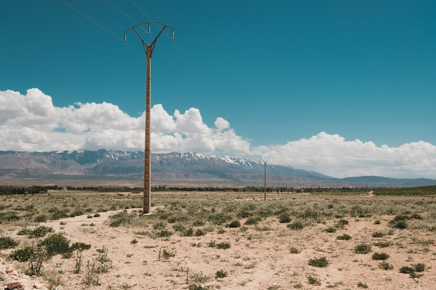 Hermosa vista del desierto con las montañas en el fondo bajo el cielo nublado en marruecos