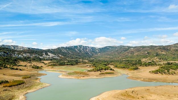 Hermosa vista de drone del lago