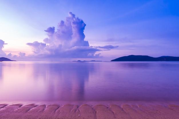 Hermosa vista exterior con playa tropical y mar.